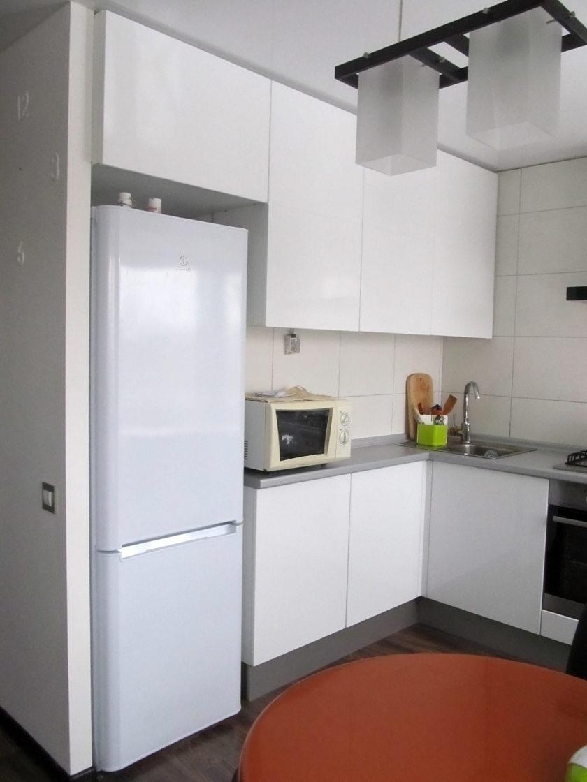 Дизайн кухни холодильник в углу