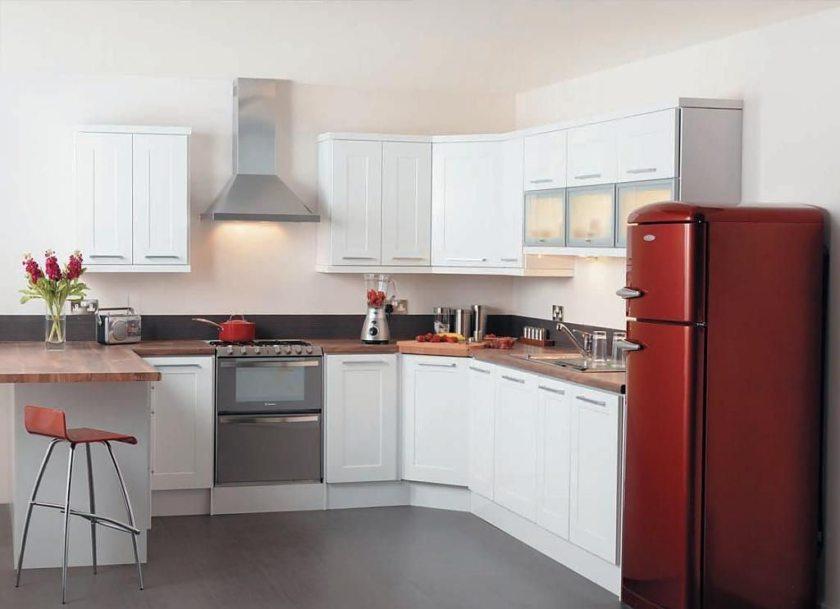 Дизайн кухни с бежевым холодильником