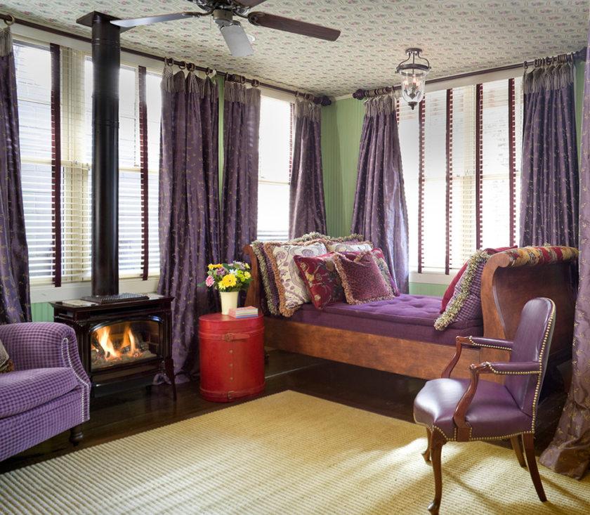 интерьер с фиолетовыми шторами фото