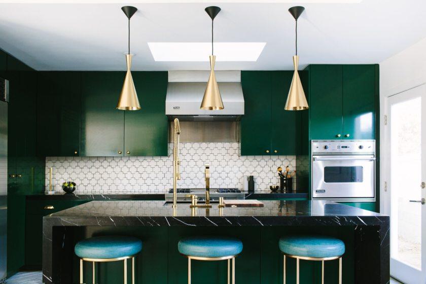 Изумрудный цвет в интерьере кухни